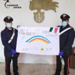 Bisignano: gesto di incoraggiamento ai carabinieri da parte di un bambino